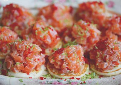 Tartare de saumon à la lime sur blinis