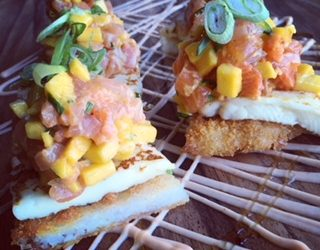 Pizza Sushi, tartare de saumon, mangue curry et fromage à griller