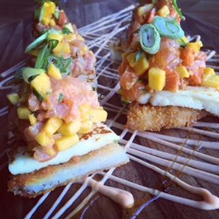Pizza Sushi, tartare de saumon, mangue curry et fromage à griller
