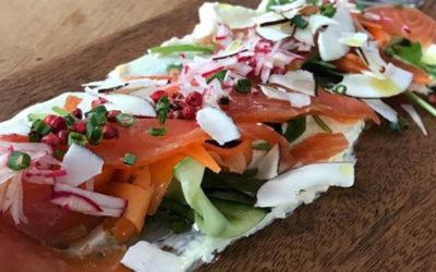 Gravlax de saumon au Romeo's gin, crème fraîche aux agrumes et légumes marinés