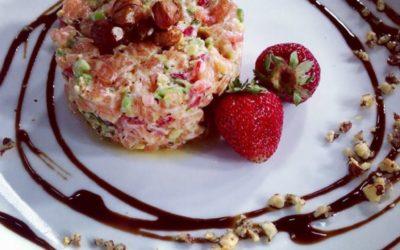 Tartare de saumon, fraises et noisettes grillées